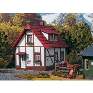 PIKO G SCALE MODEL TRAIN BUILDINGS   KING'S HALF TIMBERED HOUSE   62050 Toys & Games